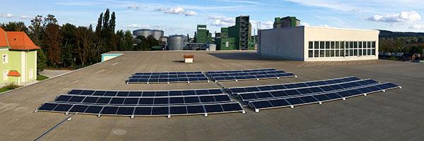 Umweltfreundli chkeit bei PIPAL-Transporte: Die Photovoltaik-Anlage am Hallendach
